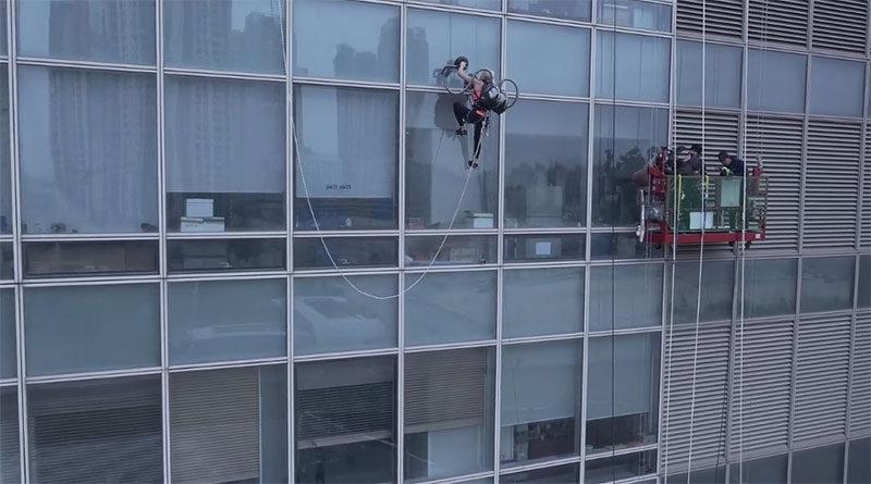 vacuum cleaner climb building
